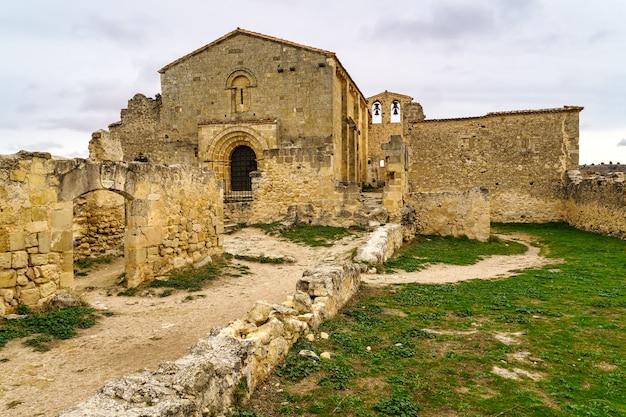 Ruines de l'ermitage chrétien. architecture en pierre médiévale. ermitage san frutos hoces duraton river