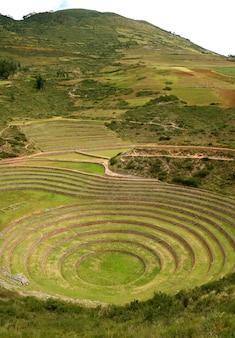 Ruines incas de moray, cernes en terrasses sur le haut plateau du village de maras, cusco, pérou