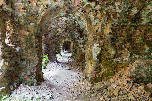 Ruines à l'intérieur du fort tarakanovskiy.