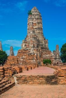 Ruines majestueuses de 1629 wat chai watthanaram construit par le roi prasat tong avec son principal prang (centre) représentant le mont meru, la demeure des dieux