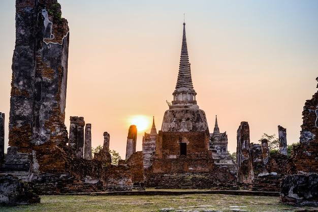Ruines et pagode architecture ancienne du vieux temple wat phra si sanphet attractions célèbres pendant le coucher du soleil au parc historique de phra nakhon si ayutthaya dans la province d'ayutthaya, thaïlande