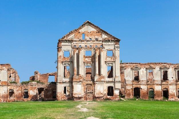 Ruines photo ancienne forteresse, ciel bleu et herbe verte sur la pelouse
