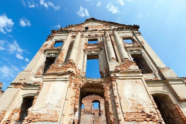 Ruines photo ancienne forteresse du 16ème siècle, situé dans le village de la région de ruzhany grodno, biélorussie, ciel bleu
