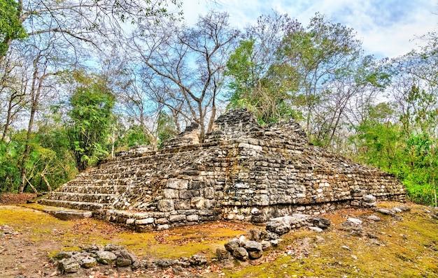 Ruines d'une pyramide maya sur le site de balamku à campeche, mexique