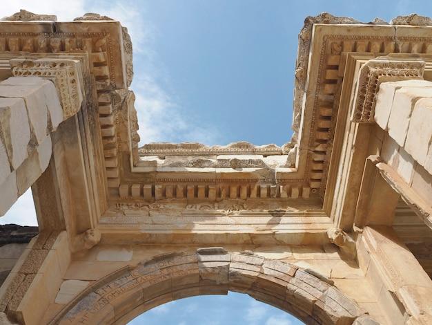 Ruines de la structure romaine antique avec fond de ciel bleu.