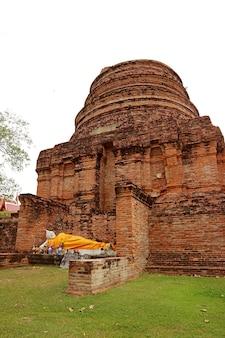 Ruines stupas avec bouddha couché dans le temple wat yai chai mongkhon, ville d'ayutthaya, thaïlande