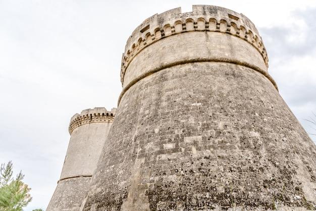 Ruines de la tour circulaire défensive du château médiéval de matera, italie