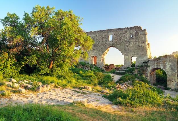 Ruines de la vieille citadelle sur fond de ciel. mangup kale, crimée