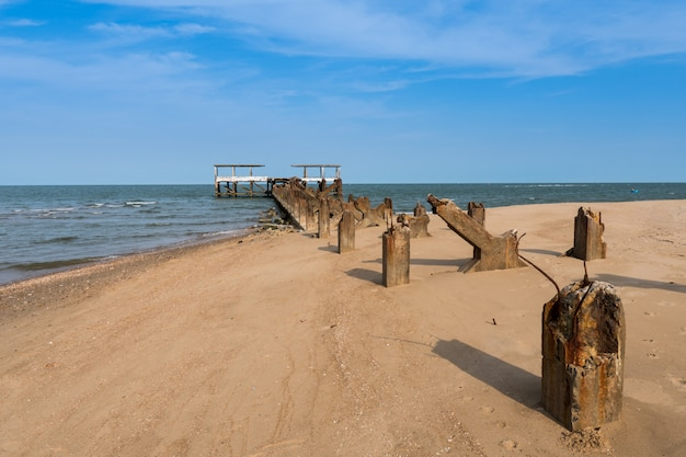 Ruines de la vieille jetée sur la plage.