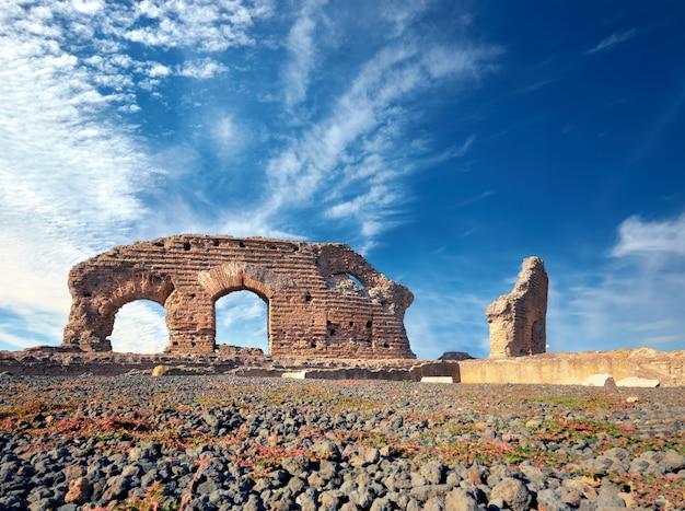 Ruines de villa dei quintili. paysage romain sur la voie appia à rome