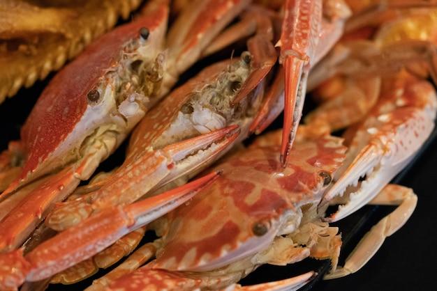 Ruisseau crabe plat sur la table