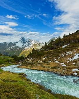 Ruisseau de montagne des alpes d'été sur le chemin de kaunertal gletscherб autriche, tirol
