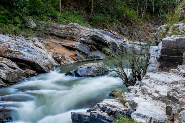 Ruisseau qui coule sur les rochers