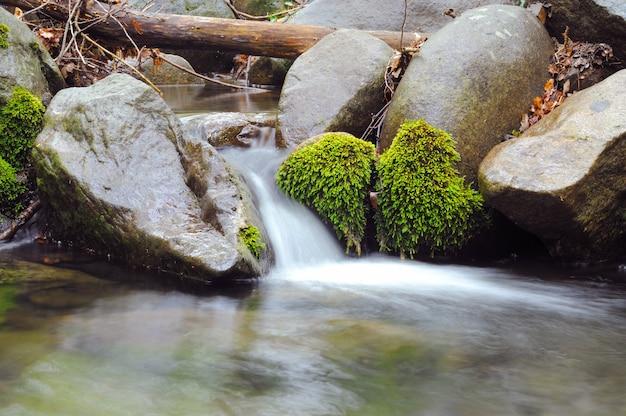 Ruisseaux et cascades de montagne de crimée et exposition de longue durée