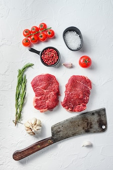 Rumsteak bio, viande de boeuf crue aux assaisonnements, romarin, ail et couperet de boucher.