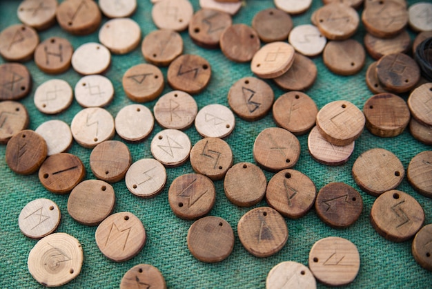 Runes en bois sur drap vert