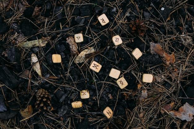 Runes dispersées dans de vieilles cendres concept ésotérique occulte