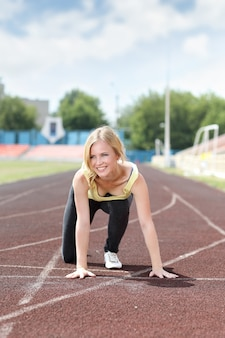 Runner - femme qui court l'entraînement en plein air