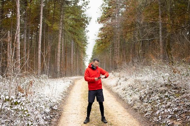 Runner utilisant une application de course dans la nature