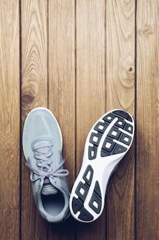 Running chaussures de sport sur fond en bois vue de dessus avec espace de copie.