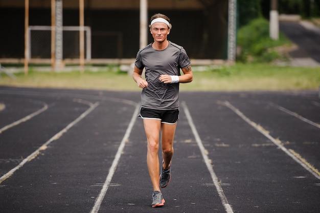 Running homme coureur sprint pour la forme physique et la santé.