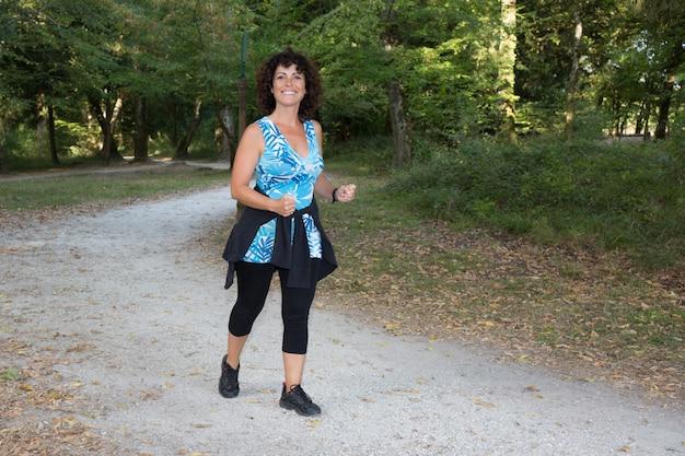 Running woman, female runner jogging pendant la perte de poids en plein air