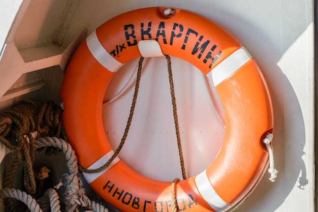 Russie, kazan - 12 septembre 2020. bouée de sauvetage sur le navire. inscription : « v. kargin » et « nijni novgorod ». la volga dans la république du tatarstan.