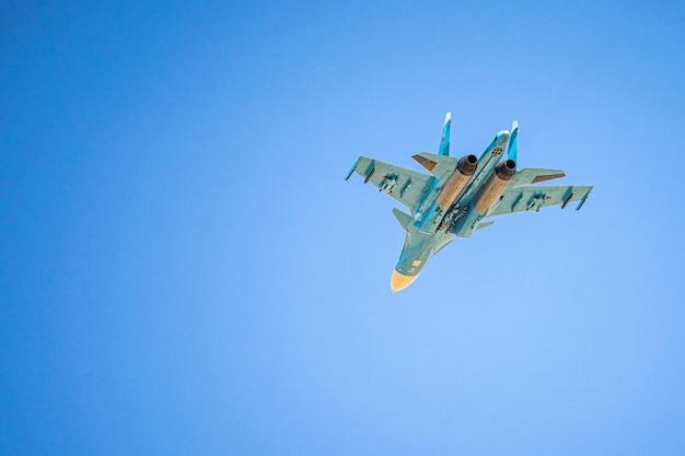 La russie khabarovsk peut su défilé de chasseurs-bombardiers de première ligne en l'honneur de la victoire parade aérienne militaire en l'honneur du jour de la victoire