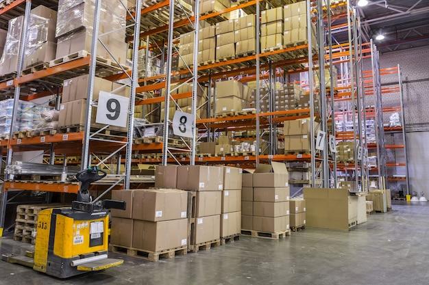 Russie, saint-pétersbourg, mai 2017 - intérieur de l'entrepôt avec des racks pleins de boîtes et de marchandises