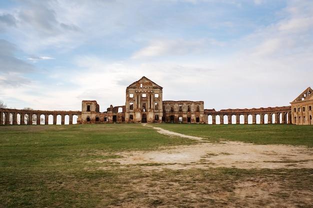 Ruzhany palais en ruine de sapieha dans l'ouest de la biélorussie
