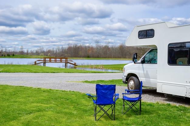 Rv (camping-car) et chaises en camping, voyage de vacances en famille, voyage de vacances en camping-car