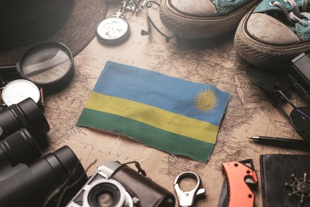 Le rwanda entre les accessoires du voyageur sur l'ancienne carte vintage. concept de destination touristique.
