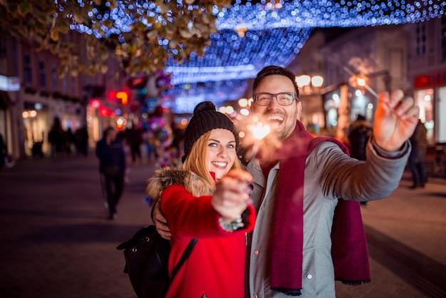 S'amuser dans la rue de la ville d'hiver la veille de noël.