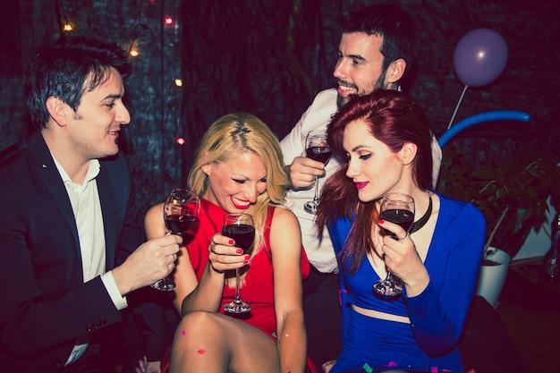 S'amuser avec du vin à la fête