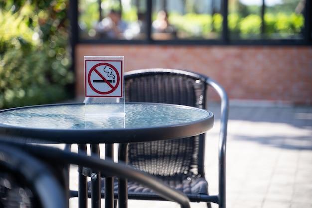 S'il vous plaît arrêter de fumer concept non signe de fumer dans le café aller espace fumeur gratuit