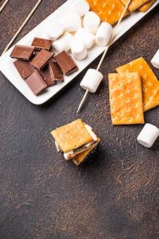 S'mores faits maison avec des craquelins, des guimauves et du chocolat