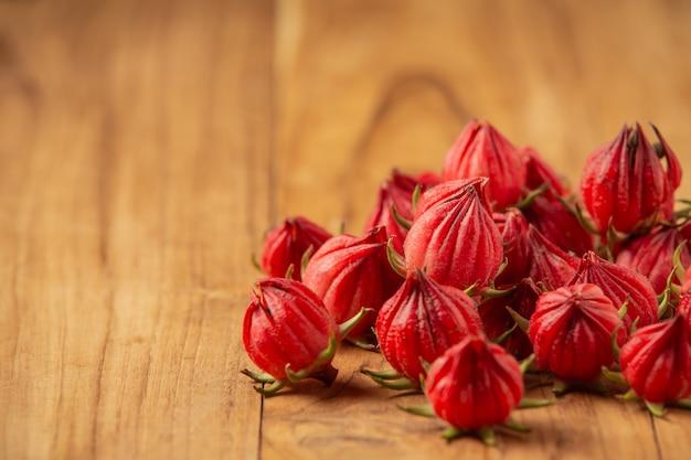 Sabdariffa hibiscus frais ou roselle placé sur un vieux plancher en bois.