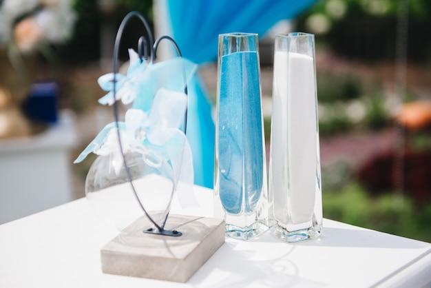 Sable blanc et bleu pour la cérémonie de mariage en plein air