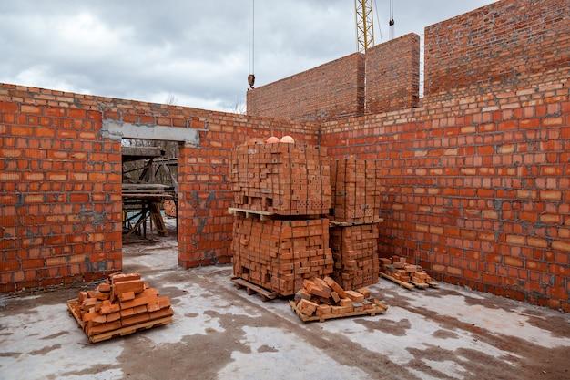 Sable et briques de brouette d'outils de chantier de construction à la nouvelle bétonnière de construction de maison