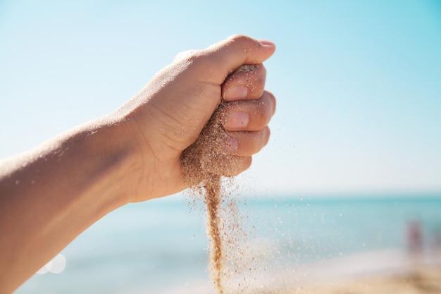Sable à la main. fond de la mer.