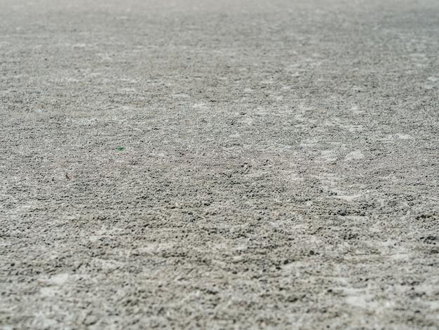 Sable mouillé avec barboteur de sable du trou de crabe.