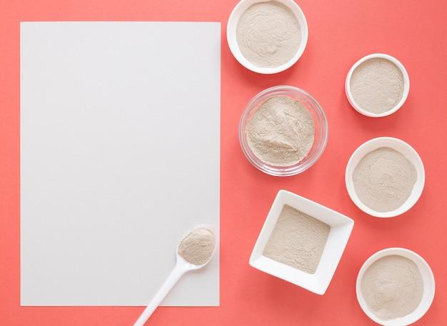 Sable de spa naturel dans des bols et copie papier espace