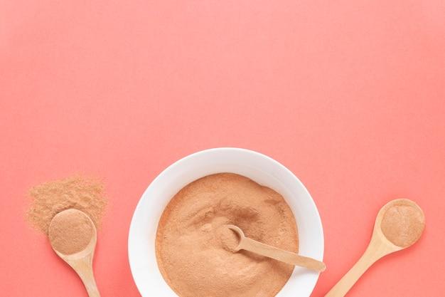 Sable de spa naturel dans des bols et des cuillères remplies de sable