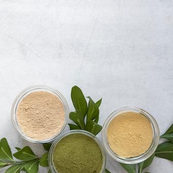 Sable de spa naturel dans des bols et des feuilles