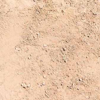 Sable texturé au sol.