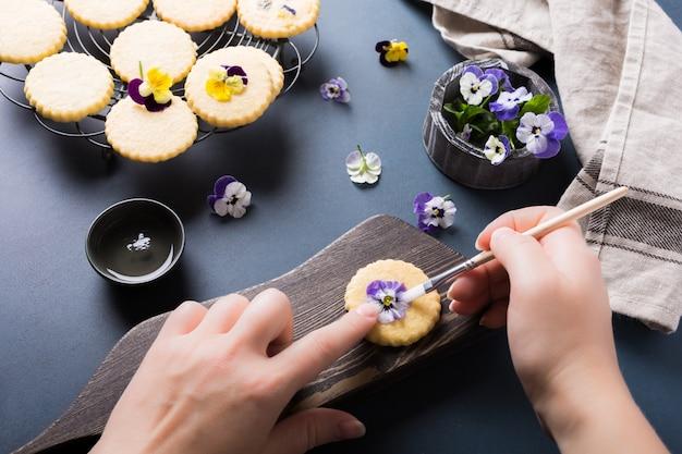 Sablés faits maison avec des fleurs comestibles