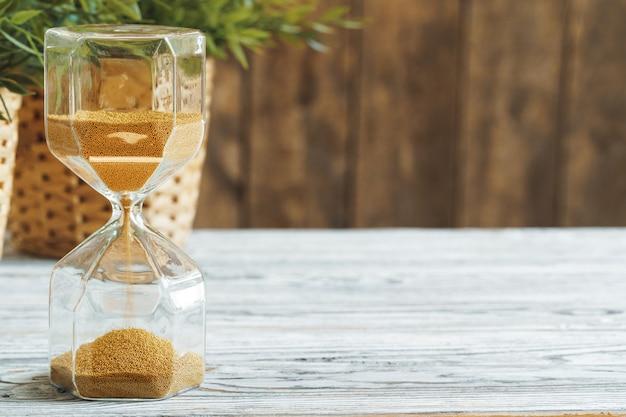 Sablier sur bakground en bois se bouchent. concept de temps