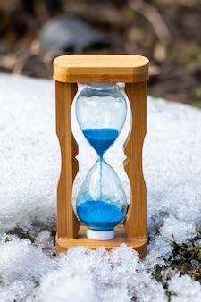Sablier sur fond de neige, heure d'hiver