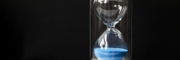 Sablier moderne élégant avec mécanisme vintage de sable bleu pour mesurer le temps beau décor