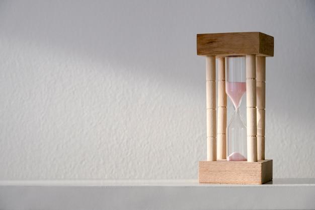 Sablier ou sandglass sur le style minimal de la table